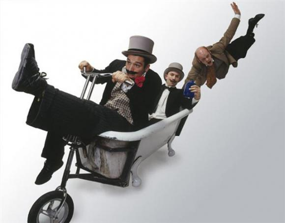 Bathtub Circus - The mobile bath tub - walkabout entertainers